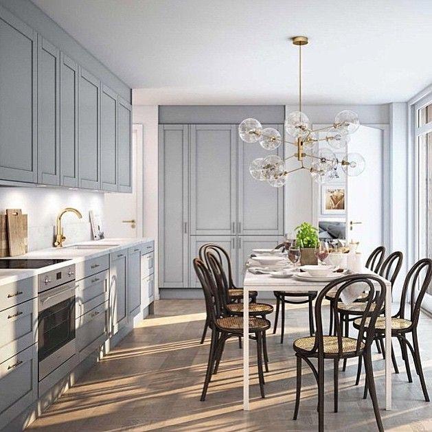 Otroligt snygg kombo. Lampan och det grå köket tillsammans med de svarta stolarna. ✨ #nyahemmet @magnussonmakleri