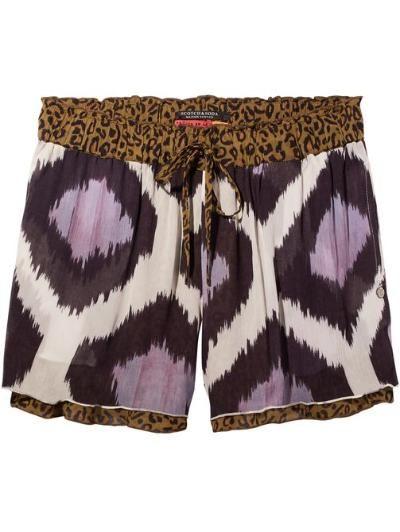 Vervaardigd van soepelvallende viscose met contrasterende prints is deze shorts voorzien van een taille met trekkoord in een ruche-look. De shorts is ontworpen met zakken.
