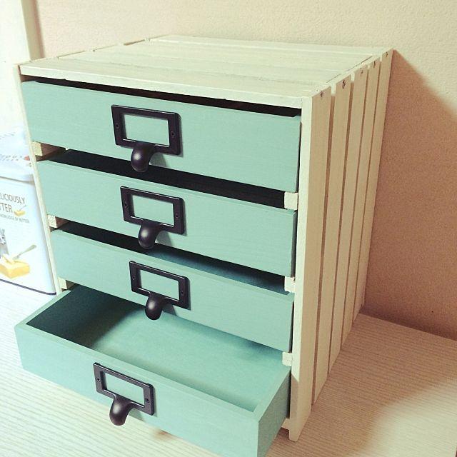 女性で、の雑貨/ダイソー/文房具収納/取っ手交換/DIY/セリア…などについてのインテリア実例を紹介。「スタッキングできないダイソーの木箱が邪魔だったので、すのこで引き出しを作りました。」(この写真は 2016-05-18 21:24:42 に共有されました)