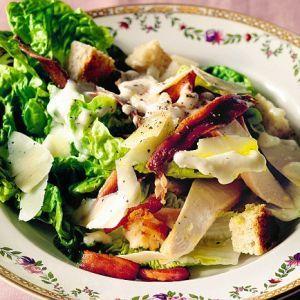 Salata de pui cu ou si ciuperci.  1 salata verde creata, taiata    1 rosie mare, feliata   2 castraveti mici, curatati si feliati   1 lingurita cu rondele de usturoi   fasii de pui fiert, dupa gust   1 cutie cu ciuperci   1/2 ceasca crutoane Pentru sos: 1/2 ceasca de ulei   1/2 ceasca de iaurt   1 lingurita cu mustar   1 lingurita de otet   1/2 lingurita sare   piper, dupa gust
