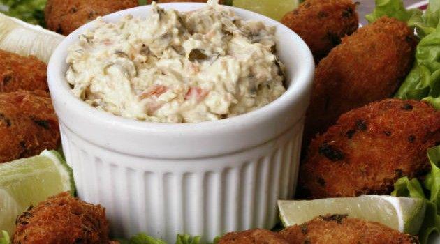 O molho tártaro é muito usado como acompanhamentos de lanches e batata fritas, mas também pode acompanhar receita de peixes, carnes e frangos. Seu ingrediente principal é a maionese. É uma receita de molho fácil de fazer e deliciosa.