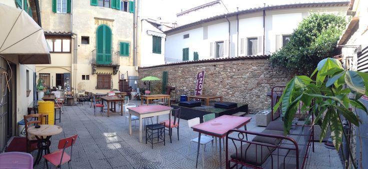 Una nuova formula di locale in via del Serraglio a Prato: un mix tra negozio di mobili vintage e un drink bar. Con una meravigliosa corte esterna.