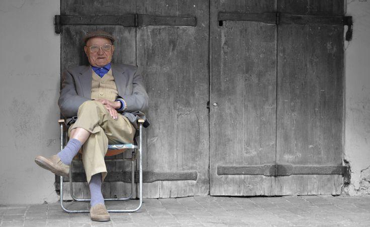 Vieil homme devant sa porte