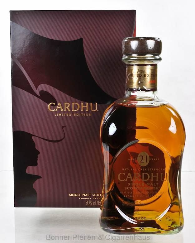 Cardhu Whisky 21 y.o. Region : Highlands nur eine Flasche 54,2 % alc./vol. 0,7l mit Farbstoff Fassart : Ex Bourbon Fässer Nase : Weich, vornehm, subtile Süße Geschmack : Überraschend würzig, vollmundig, edle Vanillenoten, kombiniert mit einer leichten Bitterkeit Finish : Lang anhaltend, warm Distilled : 1991 Bottled : 2013 Limitiert auf 2450 Flaschen Abgefüllt in natürlicher Fassstärke