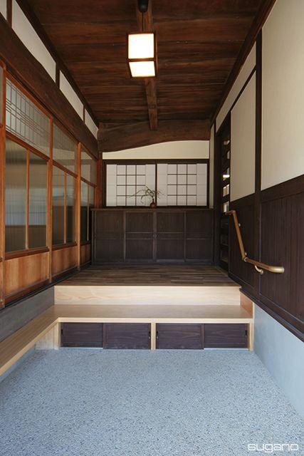 段差の大きい玄関を登りやすくするために式台を設置。さらに、式台の下には収納を設けました。 愛知県一宮市の設計事務所。菅野企画設計。