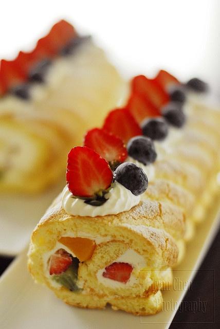 piped pattern swiss roll: Swiss Rolls, Cakes Rolls, Rolls Cakes, Patterns Swiss, Fruity Rolls, Cakes Roulad, Fruit Swiss, Pipes Patterns, Fruit Recipes