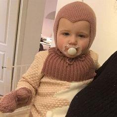 Smukke forkølede unge i det fulde hjemmelavede sæt: strikket djævlehue, hæklede natsværmer vanter og hæklet halsedisse  #livetiboblen #hæklet #hækle #crochet #crochetlove #vanter #natsværmervanter #halsedisse #djævlehue #tusindfrydsengleuld #engleuld #gammelrosa #homemade #handmade