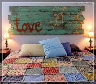 Eski tahtalarla yapılan yatak başlığı süslemesi