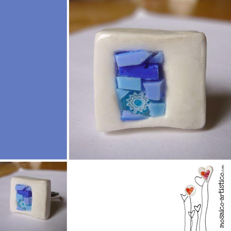 Anillo en porcelana, mosaico y murrina de cristal. La tonalidad es la de las hortansias