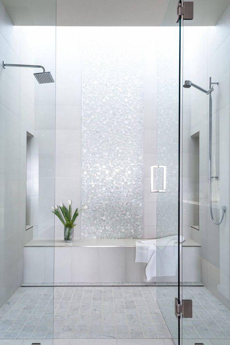 Doccia rivestita in piastrelle effetto pietra con una striscia centrale realizzata in mosaico circolare effetto specchio