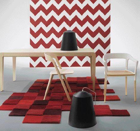 Las sillas con el asiento blanco son las Steelwood y la de acabado natural es la Pila de la firma Magis, ambas de Q Design Home. La mesa extensible (disponible en madera de roble blanqueado, wengue o haya) modelo Exteso y diseñada por la firma Pedrali R&D, es de Schaller Design Group. Las lámparas negras colgantes son las Circus M, de Nordic Iluminación, mientras que el tapete es el Do-Lo-Rez, de Mesas & Sillas