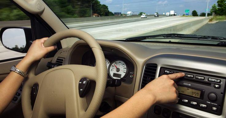 Preguntas frecuentes sobre los ruidos eléctricos en el estéreo de un auto. Puede haber diferentes causas que generen ruidos eléctricos en un equipo de estéreo de auto. Los zumbidos, chasquidos y silbidos son tres de los más comunes ruidos que pueden ocurrir. Puede ser difícil solucionar estos problemas, así que es crucial aprender a utilizar el proceso para eliminarlos. Sigue todas las precauciones de seguridad y no ...