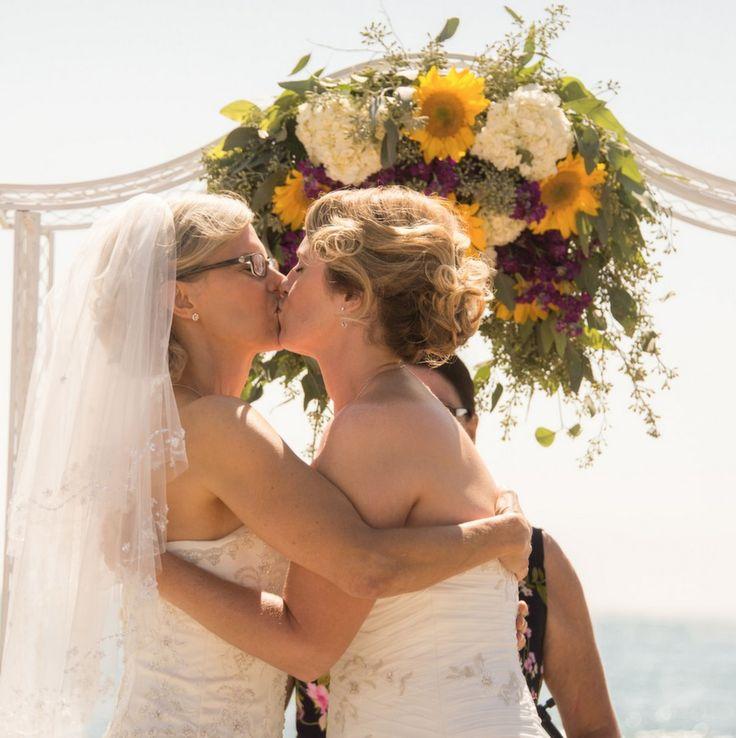 lesbians-mature-kiss