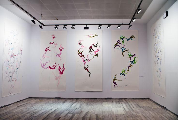 """Muestras de """"XIALA"""", Exposición de Carmen Lloret, en la Sala de Exposiciones del Palacio de la Madraza. """"La figura humana aparece encadenada, en una suerte de camuflaje que anula al individuo para integrarlo en una forma más elevada, fundido en armónicas composiciones evocadoras de la danza"""". Foto: Lidia Fernández (http://www.flickr.com/photos/100722805@N06)."""