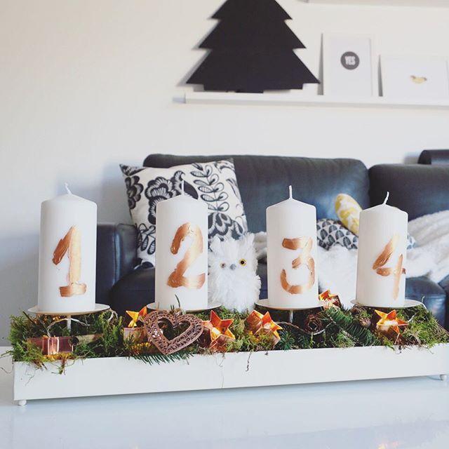 adventskranz 2015 moos kupfer diy zahlen mit kupfer acrylfarbe auf die kerzen geschrieben. Black Bedroom Furniture Sets. Home Design Ideas