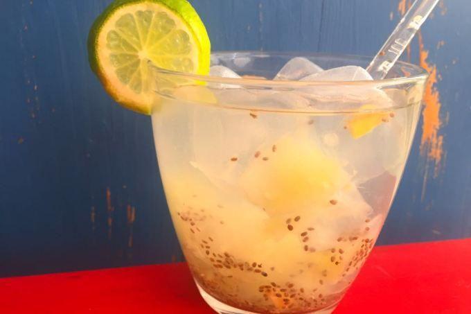 Caipirinha sem álcool com gengibre, água, chia e limão