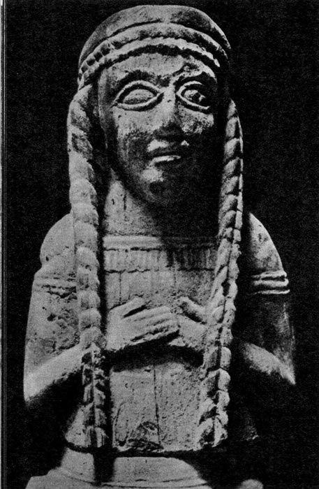 Статуя богини. Начало VI века до н. э. Этрусский музей, Хиуси. Типичная прическа этрусских женщин, которые заплетали волосы в косы.