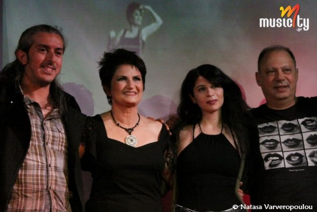 Το musicity.gr επιλέγει το τραγούδι της εβδομάδας 28/7! Άλκηστις Πρωτοψάλτη -Γιάννης Χαρούλης «Χωριστά» Το χωρισμό, την πλέον συνηθισμένη πηγή ανθρώπινης θλίψης, η Ελένη Φωτάκη με τη μελωδία του Νίκου Αντύπα, την έκανε ένα τραγούδι «παιδικό». Ή μάλλον, ένα τραγούδι που κουβαλά τον ανθρώπινο πόνο στην πιο αγνή, πιο άφιλτρη μορφή του και θέλει τους πρωταγωνιστές αθώους να παλεύουν με το «μέσα» τους, που από δω και πέρα τους επιβάλλει να στέκονται ολόκληροι αλλά και λίγο μισοί.
