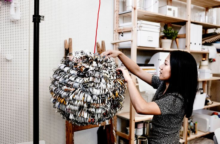 Pagine di un catalogo IKEA tagliate a strisce e incollate a un paralume in carta di riso