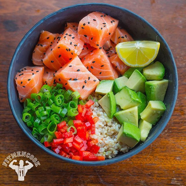 Happy #SushiSunday. I've been running errands so I can skip town tomorrow so I did not have much time to cook. So I made this BANGIN salmon sashimi bowl with avocado, sprouted brown rice, green onions and bell peppers. Instead of soy sauce I used Bragg Liquid Aminos. They sell frozen sushi-grade salmon at @wholefoods. It's much more affordable than restaurant sushi so it even makes for a great date night idea as well. Boom. (traducción abajo) #iphoneography Feliz domingo. He estado haciendo…