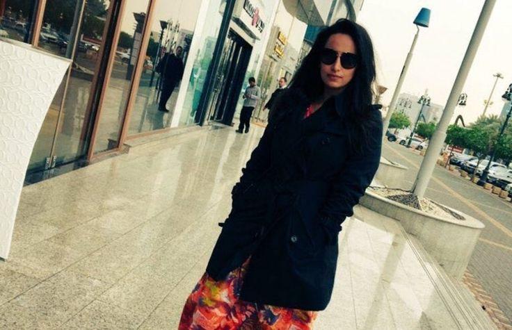 """La polizia religiosa ha arrestato a Riad una giovane donna che ha messo in rete con un tweet una sua foto senza velo e senza """"abaya"""", la lunga veste"""