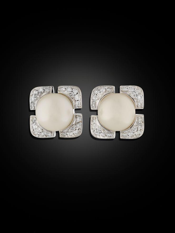 127936. ÖRHÄNGEN, 18 kt vitguld med 2 odlade pärlor, ca 8 mm, och små briljanter ca 0.25 ct.