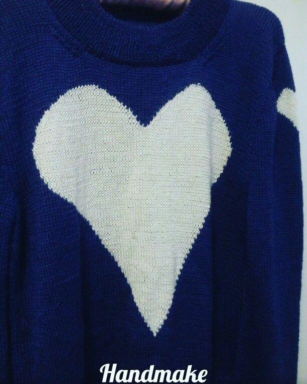 Мягкий, теплый и при этом практически невесомый свитер, стиль oversize. Подойдет на размер s-l. Удлиненная спинка, вырезы по бокам. Перед и рукавчик украшен сердечками. Связан под заказ. Состав: бели альпака , шелк.  #handmake #sweater #oversize #сердце #свитер #ручнаяработа #оверсайз