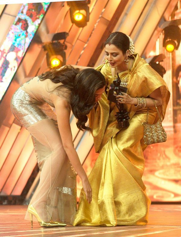 Deepika Padukone touches Rekha's feet as she accepts the award for best actress Filmfare Awards 2014 #Style #Bollywood #Fashion #Beauty