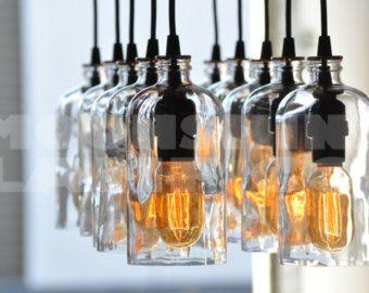 Se trata de un candelabro de 3 lámpara de mano tres cortar botellas Gran Marnier. El ángulo frontal cuenta con la etiqueta de papel, mientras que la parte posterior del cristal realzado. Las botellas se pueden girar, una vez la araña colgado en lugar. La cubierta de techo es un 8 redondo disco de latón que puede acabar en negro o aceite rubbe bronce por un extra de $15.00. Longitud del cable es apropiado para colgar de un 8 techo sobre una superficie de comedor estándar 30 de alto. Por favor…
