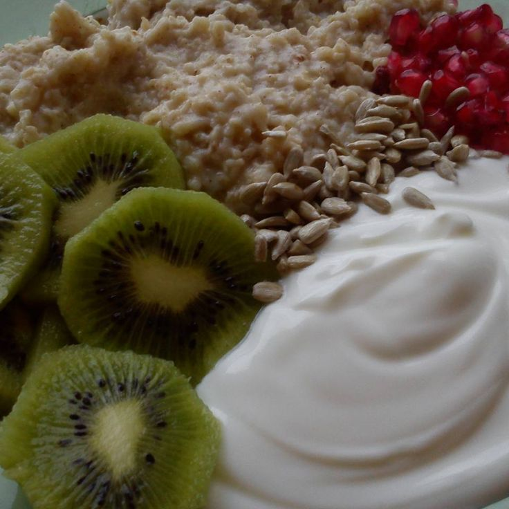 Bom dia gente fit! Partilhamos o pequeno almoço hoje: - Papas de aveia com quark - Romã e kiwi - Sementes de abóbora - Iogurte grego ligeiro  Receita das papas no nosso blog conceitofit.com