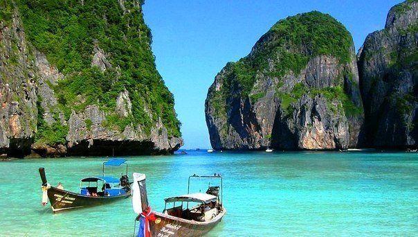 10 лучших курортов Азии  1. #Пхукет, #Таиланд Пхукет – наиболее популярный курорт Таиланда. На острове, помимо восхитительных пляжей и отелей, есть буддийские храмы, смотровые площадки, водопады, сады. Здесь можно найти маленькие бухточки, чтобы почувствовать уединение или устроить романтический вечер, и клубно-барные улицы, наполненные шумом, музыкой и танцами. Остров соединен с материком мостом, что позволяет с легкостью добраться до других провинций или столицы страны.  2. Боракай…