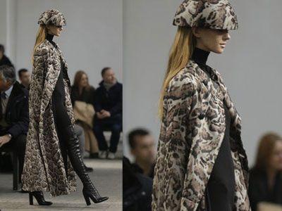 Torna di moda il leopardo - Lunghissimo il cappotto che arriva alle caviglie con stampa militare-leopardata, sempre Mila Schon.