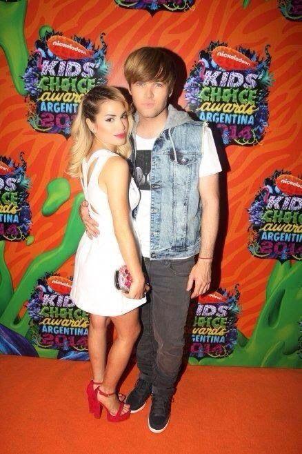 Lali con su novio Benjamin Amadeo en los Kids Choice Awards 2014