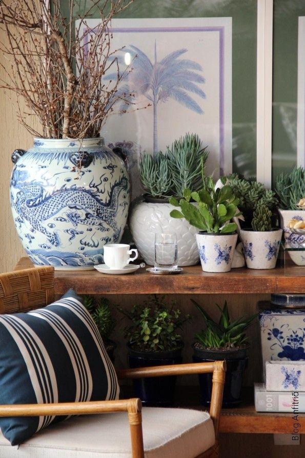 Vasos clássicos completam a decoração desta varanda