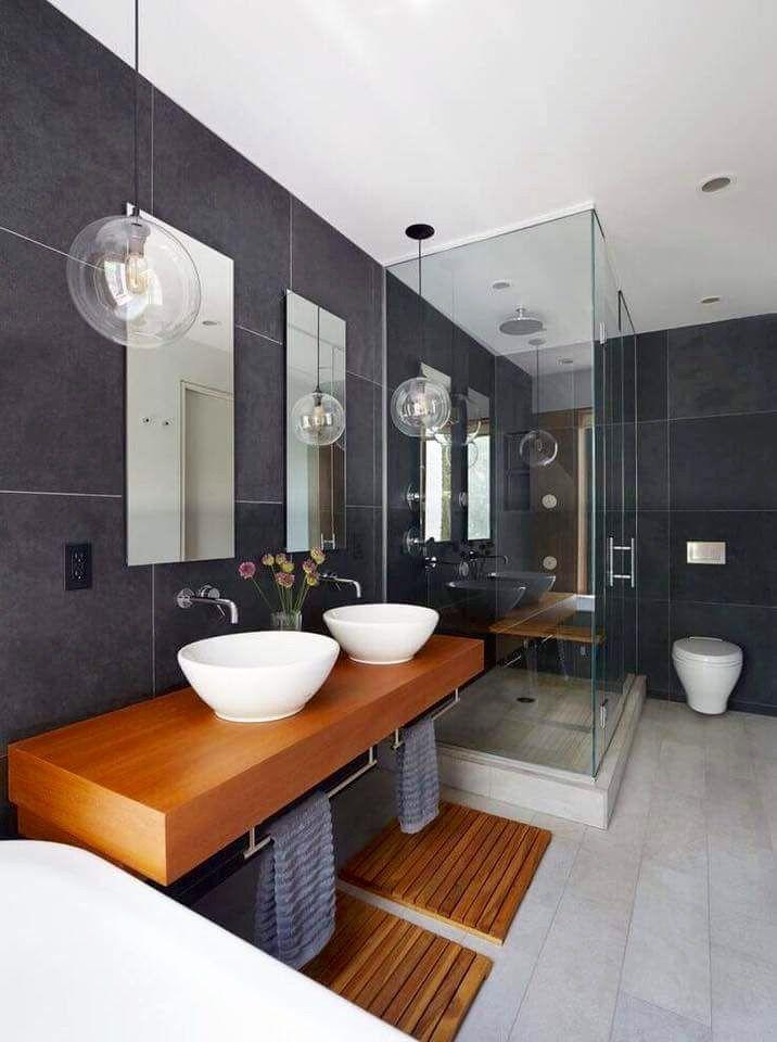 baño con doble lavabo  paredes grises  y tonos madera