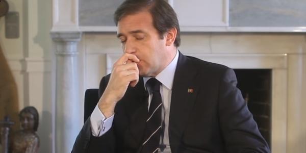 22 de dezembro de 2015: Diretor da TSF arrasa Passos no Facebook e sugere que PSD aplauda Costa (ptjornal) Com: Pedro Passos Coelho e António Costa