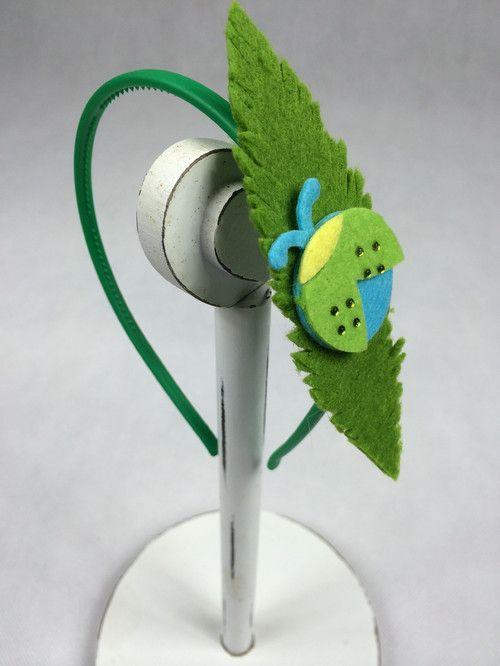 Zaczarowana biedronka na liściu. Nietypowa jakaś, jak kameleon trochę... się wpasowała w tę soczystą zieleń  24,9 PLN i jest Twoja ;)  #biedronka #biedronki #opaski dla dziewczynek #biżuteria dla dziewczynek
