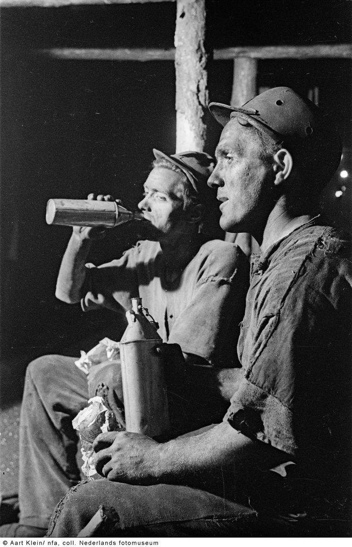 Schaftende mijnwerkers op een ondergrondse verdieping, Limburg (1945)