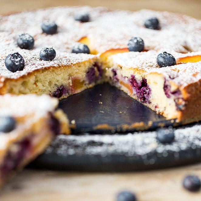 Joghurt-Tarte mit Pfirsichen und Blaubeeren