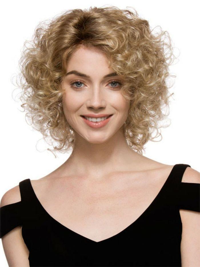 pelo rizado corto, mujer con pelo rubio rizado, corte bob y raya en medio