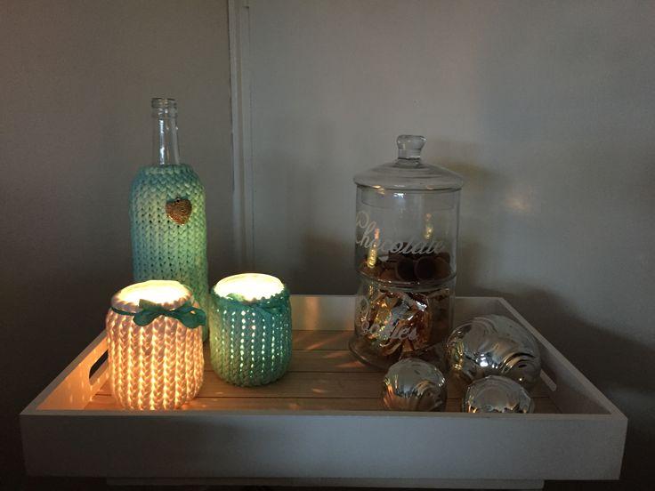 Gezellig tafeltje met een gebreide fles en potten