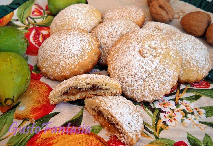 Una pasta frolla morbidissima e con un ripieno profumato di fichi freschi arricchito con noci, cannella e cacao , sono i Biscotti ripieni fichi e noci ....