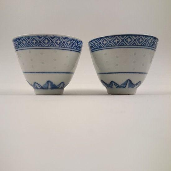 2 kleine Chinees Zhongguo porseleinen kommetjes / kopjes - Marimic, Uw webwinkel voor Antiek, Curiosa en Decoratie