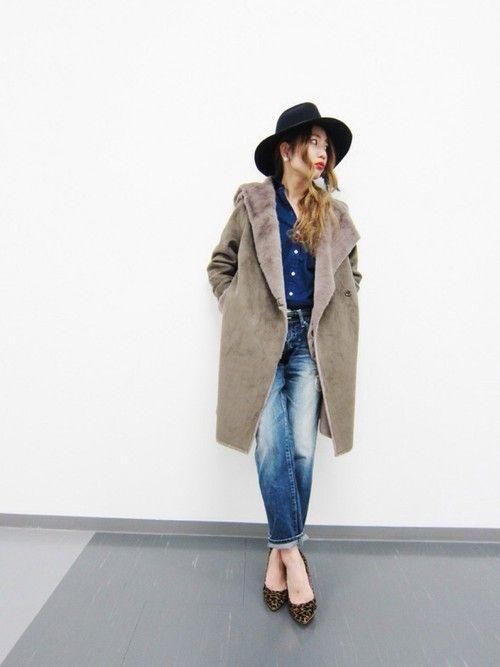 ROSSOの定番、フェイクムートンロングコート。可愛らしい印象のコートは敢えてマニッシュな着こなしで