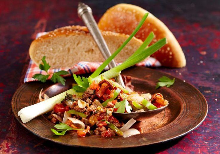 Nice to meat you, Coban sac kavurmasi (a.k.a Country-style Turkish roast)  #sundayroast #turkishfood #roastmeat #turkishsesamebread #eattheworld #IamATraveler #turkishcuisine #simit #greenonion #herbs #mushrooms  #foodphotography #teubnerfoodfoto #teubner #lebensmittelfotografie #foodfoto #foodphotography #fleisch #meat #nicetomeatyou #qualitymeats #fleischgourmet #meatlover #kebab #kabab #middleeasternfood