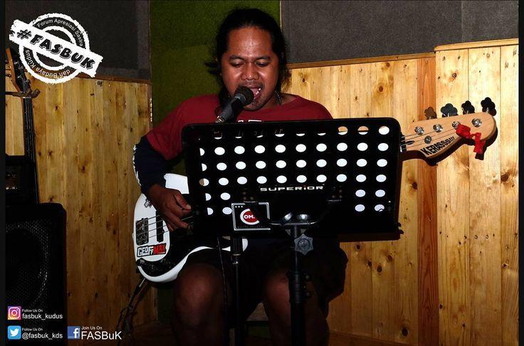 "Mengintip Proses (H-4)  Hanafi Yazid / Azye_Rock (voc. and bass)  Musik adalah nada semesta. Di mana pun tidak ada yg tidak mungkin pasti ada suara iya itulah musik.  Di fasbuk ""Semangat Muda"" besok senin membuat saya terpacu untuk berkembang. KERASSSS @azye_punktadewa #fasbuk #indonesiakaya #baktibudayadjarumfoundation #seputarkudus #sangswara #teaterkuncupmekar #sastra #umk #instagram #musik #art #puisi #chairilanwar #lfl #kudus #seputarkudus #campus #like4like #likeforlike #jateng…"