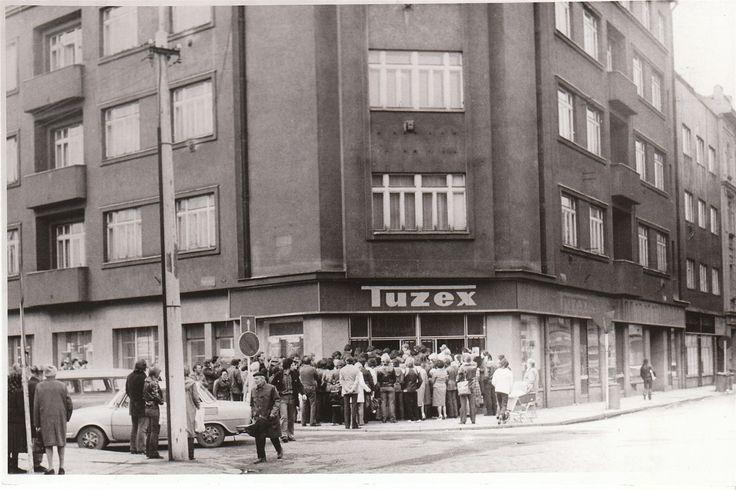 A veksláci měli žně... Tuzex, obchod, kde se za speciální poukázky, tzv. bony, dalo koupit západní zboží, býval v Plzni na rohu Kollárovy ulice. Na snímku z roku 1981 je typická fronta lidí dychtících po džínách nebo jiném západním zboží.