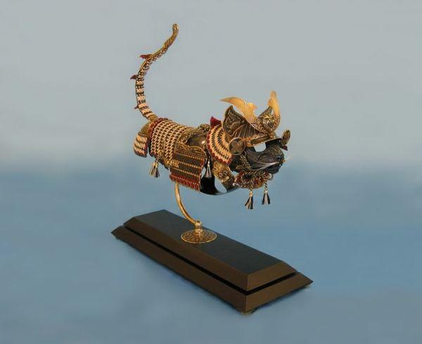 metallene rüstungen für katzen und mäuse von jeff de boer