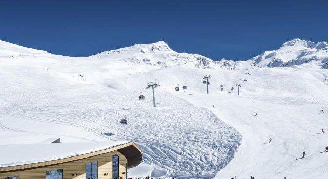 13 cabane de schi în zona de schi și 12 hotel-restaurante chiar pe pârtiile de schi Nu există linii de ridicare grație 6 ascensoare montane de pe șosea chiar din sat Garantarea zăpezii de la mijlocul lunii noiembrie până la sfârșitul lunii aprilie Maximă a siguranței, datorită versiunilor neobișnuite și pantelor deschise Top Mountain Star: bar panoramic de 360 de grade la 3030 m