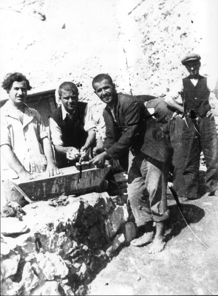 ΕΞΟΡΙΣΤΟΙ στην ΑΝΑΦΗ πλένουν σε σκάφη ρούχα ή τρόφιμα 1930